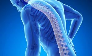 hombre con osteoporosis