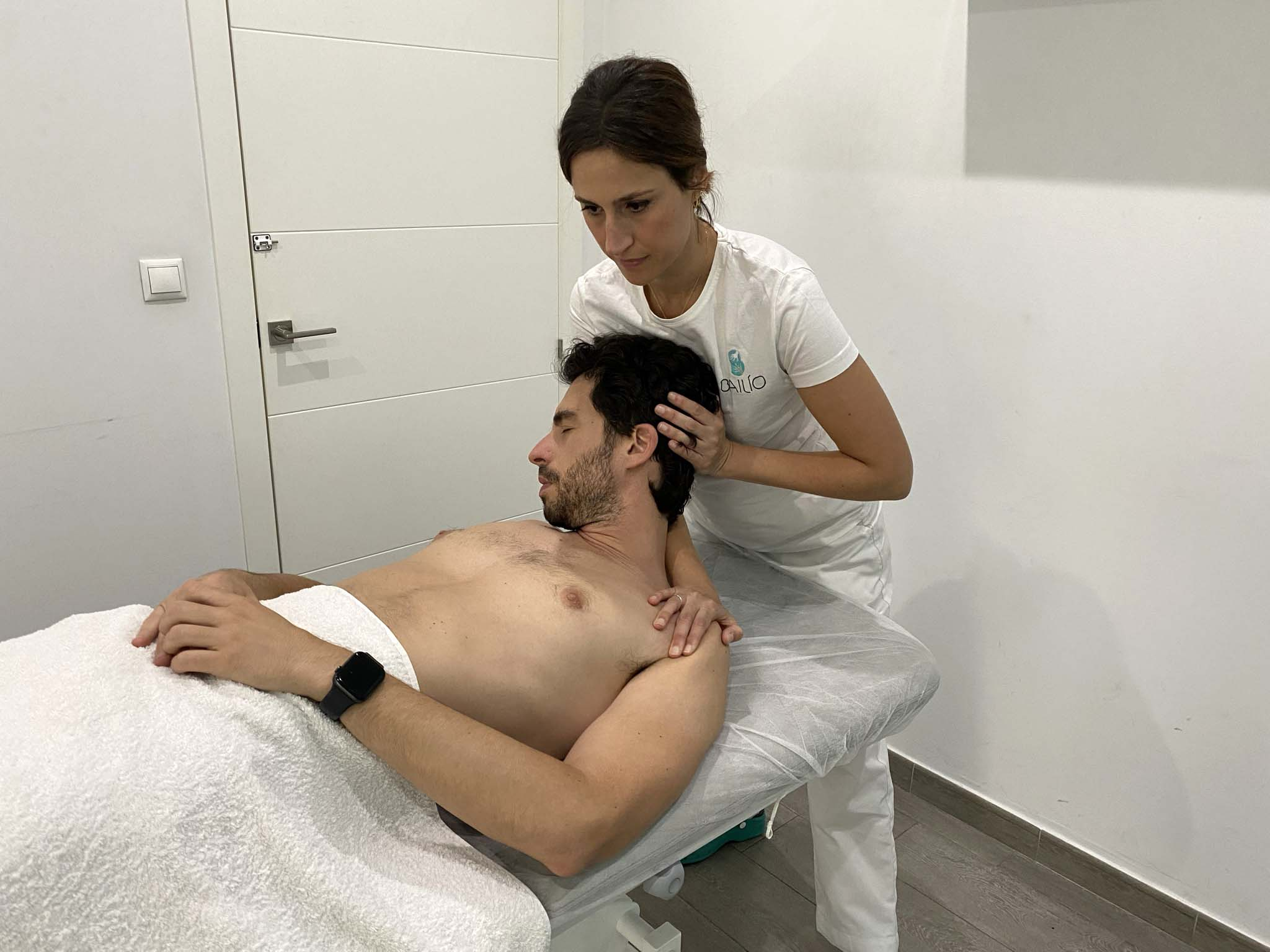 Rocío aplicando tratamiento osteopatía