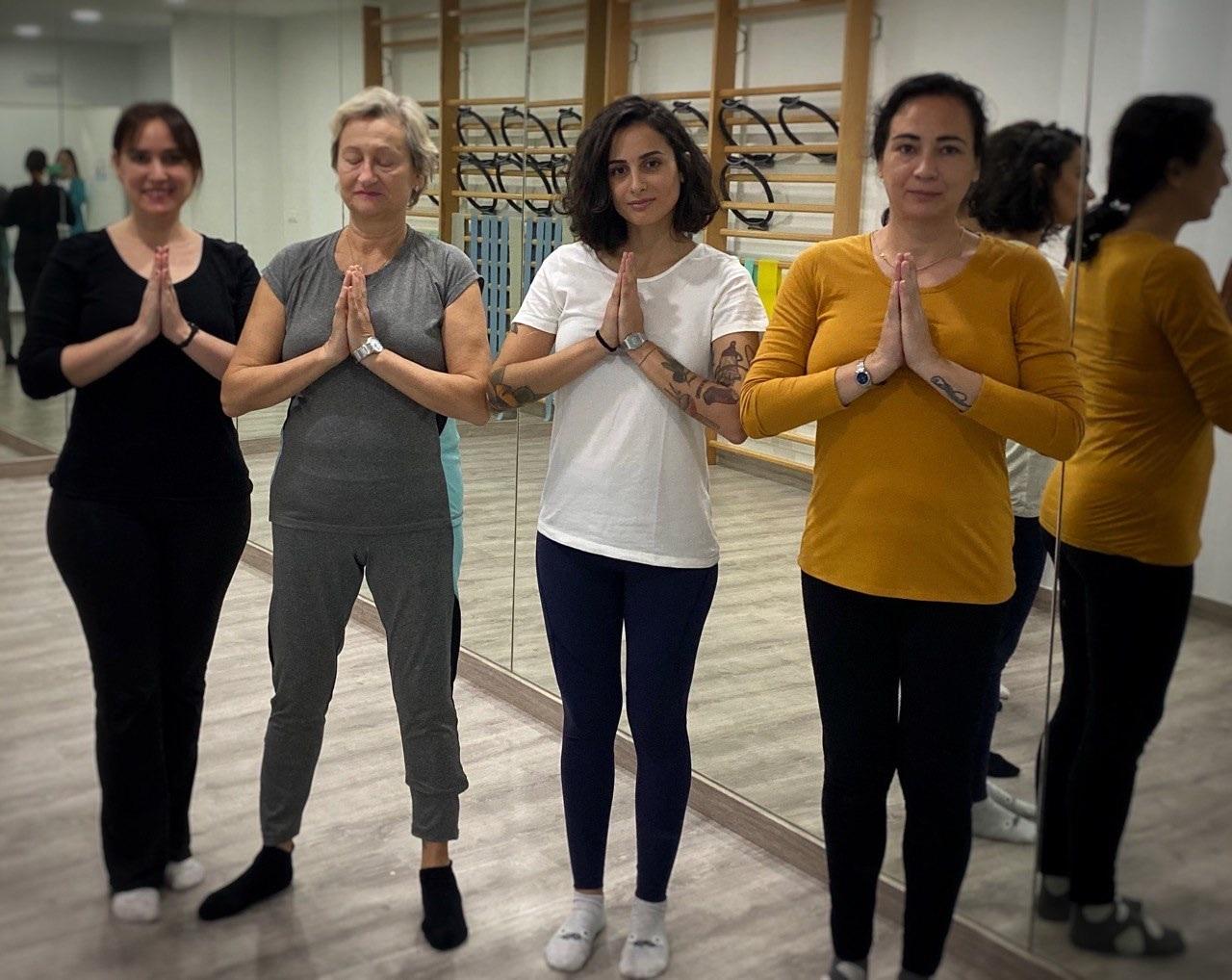 Alumnas de Yoga saludando