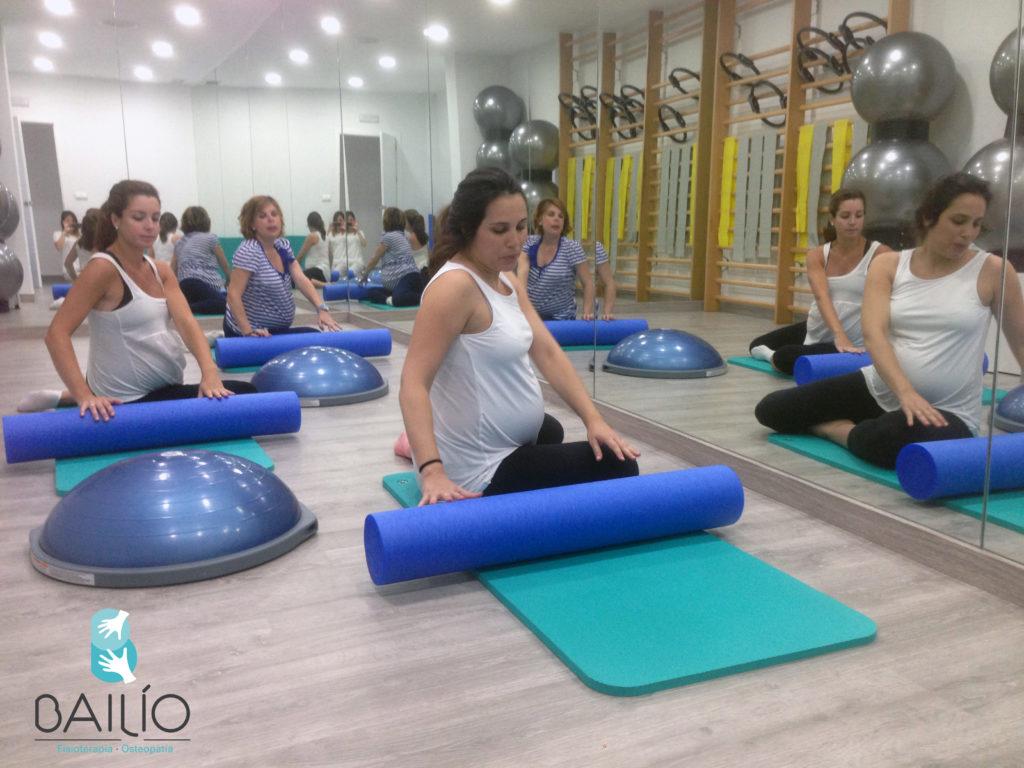 nuestra profesora y sus alumnas en una clase de pilates embarazo
